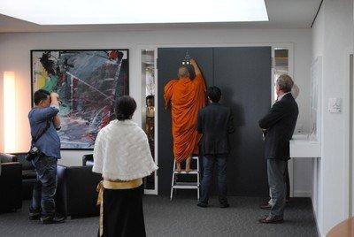 Mönch segnet den Restauranteingang