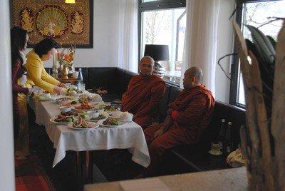 Mönche segnen das Essen